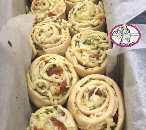 Pain escargot au pistou, mozza et tomates confites