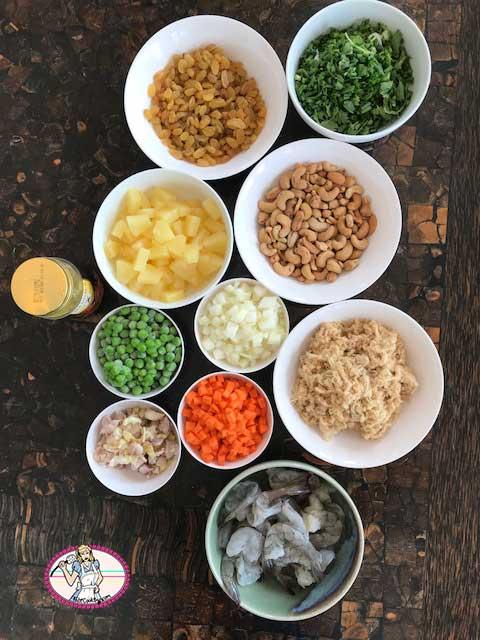 Ingrédients pour riz frit à l'ananas et crevettes