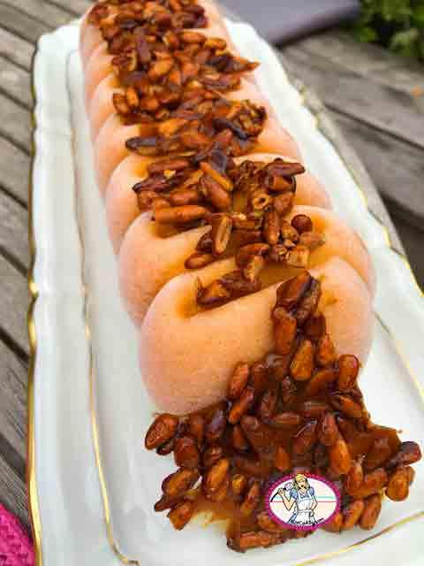 Glace abricot et pignons de pin caramélisés