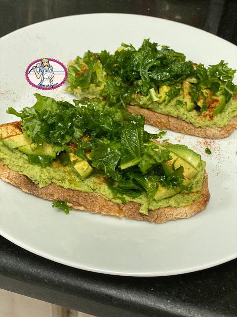 Avocado toast avec hoummos de chou kale