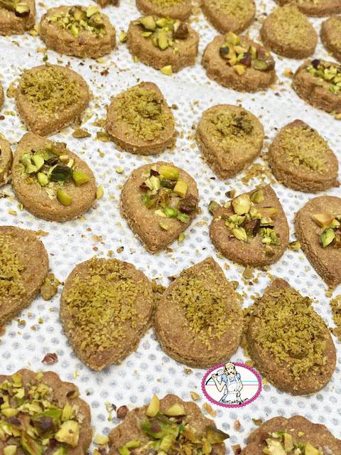 Biscuita à la farine de pois chiches, eau de rose et cardamome